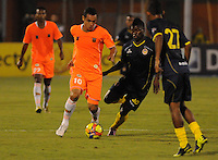 ENVIGADO -COLOMBIA-05-02-2014. Johnatan Alvarez (Izq) de Envigado FC disputa el balón con Jefferson Martinez (Der) de Uniautónoma durante partido por la fecha 3 de la Liga Postobón I 2014 realizado en el Polideportivo Sur de la ciudad de Envigado./ Johnatan Alvarez (L) of Envigado FC fights for the ball with Jefferson Martinez (R) of Uniautonoma during match for the 3rd date of the Postobon League I 2014 at Polideportivo Sur in Envigado city.  Photo: VizzorImage/Luis Ríos/STR