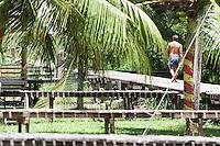 Vila Progresso.<br /> <br /> Com a criação da Convenção sobre Diversidade Biológica - CDB -  tratado da Organização das Nações Unidas,  e a ratificação do protocolo de Nagoia em  2010,   se inicia um processo de organização para os  Povos e Comunidades Tradicionais em  busca de maior  qualidade de vida não apenas na Amazônia, mas em todo  mundo. <br /> <br /> Assim, em dezembro de 2013 a Rede Grupo de Trabalho Amazônico – GTA, em parceria com a Regional GTA/Amapá, o Conselho Comunitário do Bailique, Colônia de Pescadores Z-5, IEF, CGEN/DPG/SBF/MMA, juntamente com 36 comunidades do Arquipélago do Bailique, inicia o processo de criação do primeiro protocolo comunitário na Amazônia, instrumento que regula relações comerciais amparado por leis ambientais, estabelecendo o mercado justo, proteção da biodversidade,  entre outros . <br /> <br /> Desta forma, após dezenas de encontros, debates e oficinas,  as Comunidades Tradicionais do Bailique, articuladas pelo GTA,  se reuniram durante os dias 26, 27 e 28 de fevereiro, onde os moradores, em assembléia geral ordinária, definiram sua personalidade jurídica   criando uma associação para atuação comercial, votando seu estatuto e estabelecendo os diversos grupos de trabalho necessários para a gestão do Protocolo Comunitário.<br /> <br /> O encontro na comunidade São João Batista no furo do macaco(igarapé que dá acesso a vila), foz do Amazonas, recebeu cerca de 100 lideranças de 28 comunidades  nestes dias , que chegavam de barcos e canoas acompanhados por suas famílias<br /> <br /> Durante o debate,  representantes  do Ministério do Meio Ambiente, Ministério Público Federal, Fundação Getúlio Vargas, Embrapa e Conab esclareciam dúvidas e indicavam caminhos para fortalecer o primeiro protocolo comunitário na Amazônia.