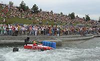 """Best of Pappbootrennen 2013 im Kanupark Markkleeberg anlässlich des Wasserfest 2013 - Team """"Honda Center"""" . Foto: Norman Rembarz"""