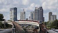 Nederland  Amsterdam - 2020.    Metro richting Amstel en Isolatorweg. Hoogbouw bij het Amstelkwartier.   Foto : ANP/ Hollandse Hoogte / Berlinda van Dam