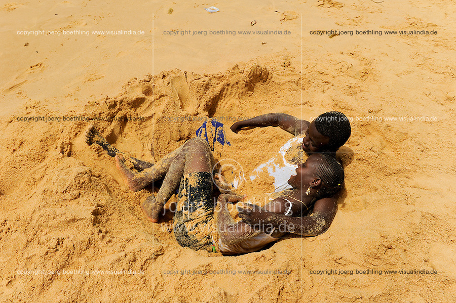 SIERRA LEONE Kent, young couple play in the sand at the beach / SIERRA LEONE Kent, Jugendliche spielen am Strand im Sand