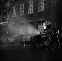 """Tournage du film """"La Bourse ou la Vie"""" de Jean Pierre Mocky, dans le quartier de St Sernin, Tououse, France, novembre 1965<br /> <br /> Rue de Toulouse. Le 2 novembre 1965. Tournage du film """"La Bourse ou la Vie"""" de Jean Pierre Mocky. Observation<br /> <br /> PHOTO:  Fonds André Cros,"""