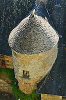 Cette tour a la couverture de lauze est situee au pied du chateau.