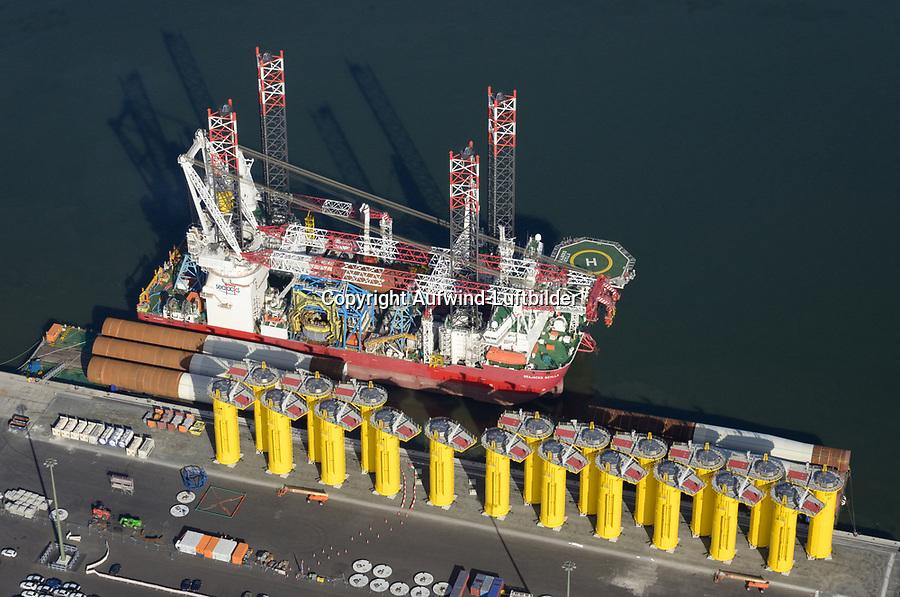 Scylla Offshore Spezialschiff: EUROPA, DEUTSCHLAND, NIEDERSACHSEN, CUXHAVEN 19.10.2018: Seajacks Scylla ist ein Offshore-Windpark-Installationsschiff das in Cuxhaven mit neuen Fundamenten versorgt wird die in den Nordseegrund verbaut werden sollen um dort neue Windkraftwerke zu montieren.<br /> Seajacks Scylla ist mit einem 1500t Kran ausgestattet, verfügt über eine nutzbare Decksfläche von mehr als 5000m² und verfügt über mehr als 8000t verfügbare variable Last.<br /> Scylla kann mit 12 Knoten Geschwindigkeit zu den zukünftigen Offshore Windparks fahren. Die Beine von Skylla sind  105 Meter lange Beine, die es ermöglichen, Komponenten in Wassertiefen von bis zu 65 Metern zu installieren.