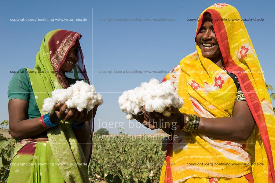 India Madhya Pradesh Khargone ,tribal farmer of cooperative Shiv Krishi Utthan Sanstha produce fairtrade and organic cotton/  INDIEN Madhya Pradesh Khargone , Kooperative Shiv Krishi Utthan Sanstha vermarktet fairtrade und Biobaumwolle von Adivasi Farmern