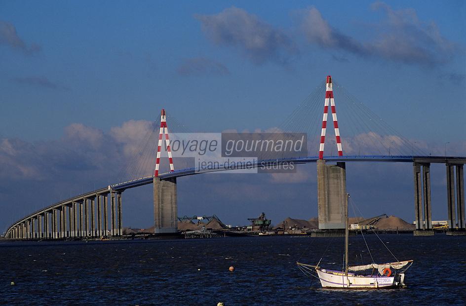 Europe/France/Pays de la Loire/44/Loire-Atlantique/Paimboeuf: Le port et le pont de Saint-Nazaire