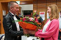 Landrat Thomas Will (SPD) gratuliert der siegreichen Direktkandidatin Melanie Wegling (SPD) - Gross-Gerau 26.09.2021: Ergebnisse Bundestagswahl im Kreistag