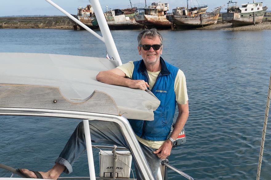 Camaret sur Mer- Bretagna, 23 agosto 2020. Peter Forbes al timone. Sullo sfondo il cimitero delle barche.