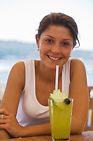 Europe/Turquie/Istanbul : Lara boit une limonade à la menthe à la terrasse d'un bar sur les rives  du Bosphore  dans le  Quartier de Ortaköy  [Non destiné à un usage publicitaire - Not intended for an advertising use]