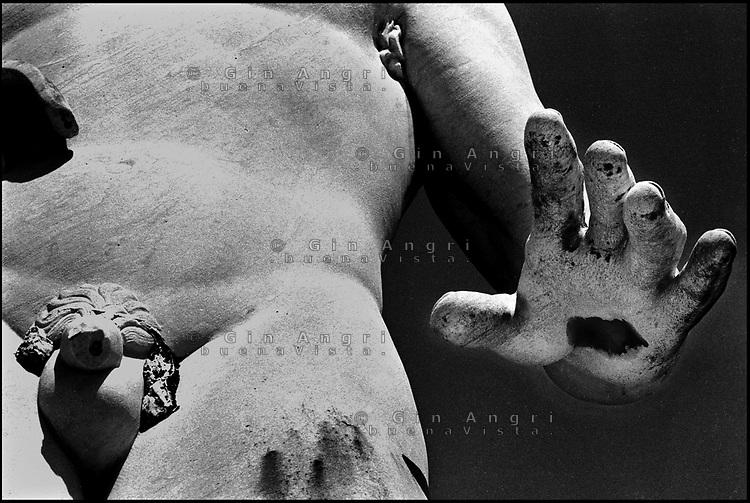 Roma<br />  Lo stadio dei Marmi al Foro Italico   <br /> Sulle gradinate perimetrali in marmo bianco di Carrara <br /> furono poste le 60 statue (in realtà 59) offerte dalle province d'Italia. <br /> Fu inaugurato nel 1932. La sua capienza è di circa 5.280 posti.