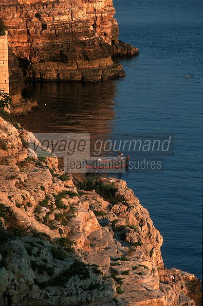 Europe/Italie/La Pouille/Polignano A Mare: Pécheurs sur le front de mer