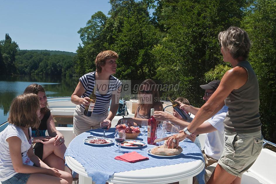 Europe/Europe/France/Midi-Pyrénées/46/Lot/Parnac: Tourisme fluvial dans la vallée du Lot  - le repas [Autorisation : 2011-106] [Autorisation : 2011-107] [Autorisation : 2011-108]