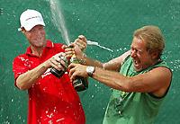 18-07-2005, Amersfoort, Tennis ,Priority Dutch Open, Martin Verkerk en zijn coach Nick Carr vermaken zich met champagne na de overwinning op de Dutch Open