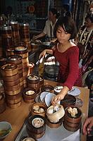 Asie/Malaisie/Bornéo/Sarawak/Kuching: Restaurant de rue - Femme dans un restaurant populaire
