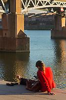 France, Haute-Garonne (31), Toulouse, pont Saint Pierre sur la Garonne, repos sur les berges de Garonne  // : France, Haute Garonne, Toulouse, St. Peter's bridge over the Garonne, Hospice St. Joseph de la Grave, resting on the banks of the Garonne