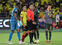 BARRANQUILLA - COLOMBIA - 14-10-2021:  Jugadores de Colombia y Ecuador reclaman a Diego Haro (PER), árbitro, antes de tomar la decisión de anular el gol de Colombia con ayuda del VAR durante partido por la fecha 12 como parte de la clasificatoria a la Copa Mundo FIFA Catar 2022 entre Colombia (COL) y Ecuador (ECU) jugado en el estadio Metropolitano Roberto Meléndez de la ciudad de Barranquilla. / Players of Colombia and Ecuardor claim Diego Haro (PER), referee, before making the decision to annul Colombia's goal with the help of the VAR during match between Colombia (COL) and Ecuador (ECU) for the date 12 as part of FIFA World Cup Qatar 2022 Qualifier played at Metropolitano Roberto Melendez stadium in Barranquilla city. Photo: VizzorImage / Jairo Cassiani / Cont