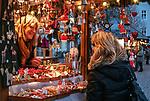 Italien, Suedtirol (Trentino - Alto Adige), Brixen: Weihnachtsmarkt auf dem Domplatz | Italy, South Tyrol (Trentino - Alto Adige), Bressanone: christmas market at Piazza Duomo