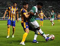 PALMIRA -COLOMBIA-28-02-2017. Jose David Lloreda (Der) del Deportivo Cali de Colombia disputa el balón con Miguel Godoy (Izq) de Sportivo Luqueño de Paraguay  durante partido por la primera fase, llave 2, de la Copa Conmebol Sudamericana 2017 jugado en el estadio Palmaseca de la ciudad de Palmira. / Jose David Lloreda (R) player of Deportivo Cali of Colombia fights for the ball with Miguel Godoy (L) of Sportivo Luqueño of Paraguay during match for the first phase, key 2, of the Conmebol Sudamericana Cup 2017 played at Palmaseca stadium in Palmira city.  Photo: VizzorImage/ Nelson Rios / Cont
