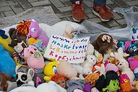 """Mit Plueschtieren als Symbol fuer eine angebliche """"pysiche und psychische Schaedigung unsere Kinder durch die Corona-Maßnahmen"""" protestierten Corona-Leugner und Impfgegner unter dem Motto """"Haende weg von unseren Kinder"""" am Montag den 19. Oktober 2020 in Berlin. Dabei wurden Schilder mit der Aufschrift """"Ihr seid Verbrecher, Finger weg von unseren Kindern"""", """"Nur die Coronaregeln machen unsere Kinder krank"""" und """"Maske ist Folter"""" gehalten. Manche der Kuscheltiere hatten eine Maske mit dem Spruch """"I can't breath"""" der antirassistischen Blick Lives Matter-Bewegung um.<br /> Im Bild: Ein Schild mit der Aufschrift """"Wenn ich eine Maske trage bekomme ich Kopfschmerzen"""" liegt zwischen Kuscheltieren.<br /> 19.10.2020, Berlin<br /> Copyright: Christian-Ditsch.de"""