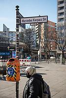 Im Berliner Stadtteil Kreuzberg wurden am 20. Februar 2021 Strassenschilder von Unbekannten anlaesslich des ersten Jahrestages des rechtsextremen Terroranschlag in Hanau am 19.2.2020 Strassenschilder mit Namen der Opfer ueberklebt.<br /> Im Bild: <br /> 21.2.2021, Berlin<br /> Copyright: Christian-Ditsch.de