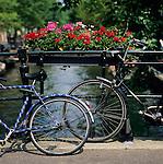 Netherlands, North Holland, Amsterdam: Bicycles on canal bridge | Niederlande, Nordholland, Amsterdam: Fahrraeder an einer Kanalbruecke abgestellt