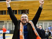 Knack Roeselare - Asse - Lennik : Asse-Lennik viert feest na het behalen van de 1-2 en bijhorende kwalificatie voor de finale . met manager Pascal Debels <br /> foto VDB / BART VANDENBROUCKE