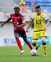 BARRANCABERMEJA - COLOMBIA, 15-04-2018:  Juan David Rios (Der) jugador de Alianza Petrolera disputa el balón con Didier Moreno (Izq) de Deportivo Independiente Medellín durante encuentro fecha 15 de la Liga Águila I 2018 disputado en el estadio Daniel Villa Zapata de la ciudad de Barrancabermeja. / Juan David Rios (R) player of Alianza Petrolera fights for the ball with Didier Moreno (L) player of Deportivo Independiente Medellin during match valid for the date 15 of the Aguila League I 2018 played at Daniel Villa Zapata stadium in Barrancabermeja city. Photo: VizzorImage / Jose Martinez / Cont