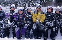 Amérique/Amérique du Nord/Canada/Quebec/Rivière-Eternité : Enfants lors d'une partie de boules de neige