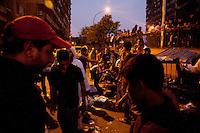 EGITTO, IL CAIRO 9/10 settembre 2011: assalto all'ambasciata israeliana. Migliaia di manifestanti egiziani, ancora infuriati per l'uccisione di cinque guardie di frontiera egiziane da parte dell'esercito israeliano, hanno fatto irruzione nella sede diplomatica israeliana e sono stati poi sgomberati da esercito e polizia egiziana. Nell'immagine: un gruppo di manifestanti la sera della protesta.<br /> Egypt attack to the Israeli embassy  Attaque à l'ambassade israelienne Caire