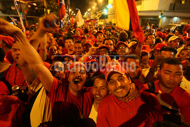 Venezuela: Caracas,08/10/12 .Supporters of president of Venezuela Hugo Chavez, celebrated in Miraflores Palace and Avenue Urdaneta in Caracas after  Chavez claimed victory in the presidential election  with 54.42% of the vote for the period 2013 to 2019, reveals the first bulletin issued by the Supreme Electoral Council with 90% while Henrique Capriles obtained 44.97%% of the votes..Gustavo Bandres/Archivolatino