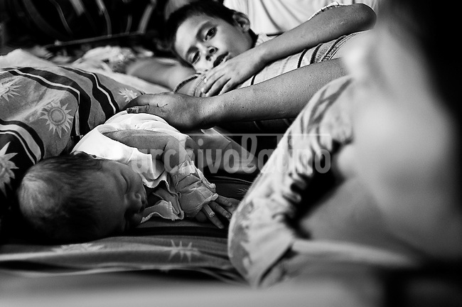The mothers share bed with several children and their husbands while they recover in the hospital. . Las madres comparten su cama con varios hijos y sus maridos mientras se recuperan en el hospital. Paraguay is along with Haiti, the country with more babies death during their delivery. The country also leads the statistics of young mothers.On the other side, ilegal abortion is the main cause of death of women under 19 years old.