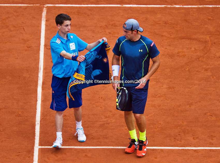 France, Paris, 26.05.2014. Tennis, Roland Garros, Robby Ginepri (USA) gets a towel from a ballboy<br /> Photo:Tennisimages/Henk Koster
