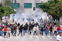 MEDELLIN - COLOMBIA - 01-05-2014: Manifestantes corren afectados por los gases durante el día del Trabajo. / Protesters run affected by the gases during Labor Day./Photo: VizzorImage / Luis Rios / Str.