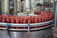 ITALY, Parma, Basilicanova, tomato canning company Mutti s.p.a., founded 1899, fresh plum tomatoes are conserved as canned tomato, pulpo, passata and tomato concentrate / ITALIEN, Parma, Basilicanova, Tomatenkonservenfabrik Firma Mutti spa, die frisch geernteten Flaschentomaten werden zu Dosentomaten, Passata und Tomatenmark verarbeitet und konserviert, alles 100 Prozent Italien, Passata Abfüllung