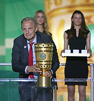 "19.05.2018, Football DFB-Pokal Finale 2018, FC Bayern Muenchen - Eintracht Frankfurt, Olympiastadium in Berlin. winner ehrung , Karl-Heinz "" Charly "" Koerbel traegt den Pokal *** Local Caption *** © pixathlon<br /> <br /> Contact: +49-40-22 63 02 60 , info@pixathlon.de"