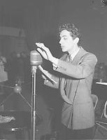 Jean Coutu, aout 1945<br /> <br /> <br /> on se souvient de lui pour son célèbre rôle du Survenant (dans la série éponyme, Le Survenant) qu'il a incarné à la télévision de 1954 à 1960.<br /> <br /> <br /> <br /> PHOTO : conrad poirier