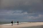 Europa, DEU, Deutschland, Schleswig-Holstein, Nordsee, Deutsche Bucht, Helgoland, Nebeninsel Duene, Strand, Landschaft, Wetter, Sturm, Wolken, Touristen, Fotografen, Kategorien und Themen, Tourismus, Touristik, Touristisch, Urlaub, Reisen, Reisen, Ferien, Urlaubsreise, Freizeit, Natur, Naturfoto, Naturfotos, Naturfotografie, Naturphoto, Naturphotographie<br /> <br /> [Fuer die Nutzung gelten die jeweils gueltigen Allgemeinen Liefer-und Geschaeftsbedingungen. Nutzung nur gegen Verwendungsmeldung und Nachweis. Download der AGB unter http://www.image-box.com oder werden auf Anfrage zugesendet. Freigabe ist vorher erforderlich. Jede Nutzung des Fotos ist honorarpflichtig gemaess derzeit gueltiger MFM Liste - Kontakt, Uwe Schmid-Fotografie, Duisburg, Tel. (+49).2065.677997, archiv@image-box.com, www.image-box.com]