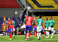 PASTO-COLOMBIA, 10-10-2020: Danilo Arboleda de Deportivo Pasto y David Gonzalez de Deportivo Cali disputan el balon, durante partido de la fecha 13 entre Deportivo Pasto y Deportivo Cali por la Liga BetPlay DIMAYOR 2020 jugado en el estadio Departamental Libertad de la ciudad de Pasto. / Danilo Arboleda of Deportivo Pasto and David Gonzalez of Deportivo Cali figth for the ball, during a match of the 13th date between Deportivo Pasto and Deportivo Cali for the BetPlay DIMAYOR League 2020 played at the Departamental Libertad Stadium in Pasto city. / Photo: VizzorImage / Leonardo Castro / Cont.