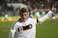 Toni Kroos (Leverkusen, D) - Thumbs up<br /> Deutschland vs. Finnland, U19-Junioren<br /> *** Local Caption *** Foto ist honorarpflichtig! zzgl. gesetzl. MwSt. Auf Anfrage in hoeherer Qualitaet/Aufloesung. Belegexemplar an: Marc Schueler, Am Ziegelfalltor 4, 64625 Bensheim, Tel. +49 (0) 151 11 65 49 88, www.gameday-mediaservices.de. Email: marc.schueler@gameday-mediaservices.de, Bankverbindung: Volksbank Bergstrasse, Kto.: 151297, BLZ: 50960101