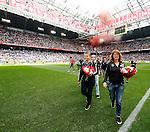 Nederland, Amsterdam, 10 mei 2015<br /> Eredivisie<br /> Seizoen 2014-2015<br /> Ajax-SC Cambuur<br /> De moeders van de spelers van Ajax mogen, vanwege Moederdag, het veld op met hun zonen. Rechts de moeder van Nick Viergever en links Nellie Cillessen, moeder van Jasper Cillessen.