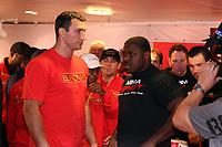 Weltmeister Wladimir Klitschko (UKR) und Herausforderer Samuel Peter (NIG)beim Wiegen