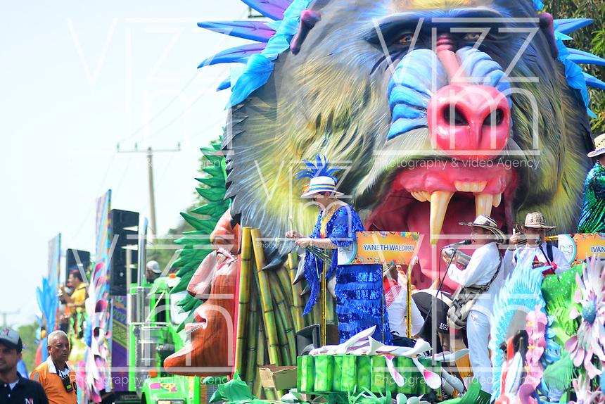 BARRANQUILLA - COLOMBIA, 02-03-2019: Una carroza anima la fiesta durante el desfile Batalla de Flores del Carnaval de Barranquilla 2019, patrimonio inmaterial de la humanidad, que se lleva a cabo entre el 2 y el 5 de marzo de 2019 en la ciudad de Barranquilla. / A float cheer the party during the Batalla de las Flores as part of the Barranquilla Carnival 2019, intangible heritage of mankind, that be held between March 2 to 5, 2019, at Barranquilla city. Photo: VizzorImage / Alfonso Cervantes / Cont.