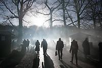 Nederland - Arnhem  - 17 december 2017.  Op 16 en 17 december vond Landleven Winter plaats in het Nederlands Openluchtmuseum. Bezoekers lopen in het museum.  Foto Berlinda van Dam / Hollandse Hoogte.
