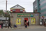Yuzhno-Sakhalinsk  une ville de Russie, située dans le sud de l'île de Sakhaline à environ 20 km de la Baie d'Aniva et de la mer d'Okhotsk, dans l'océan Pacifique.