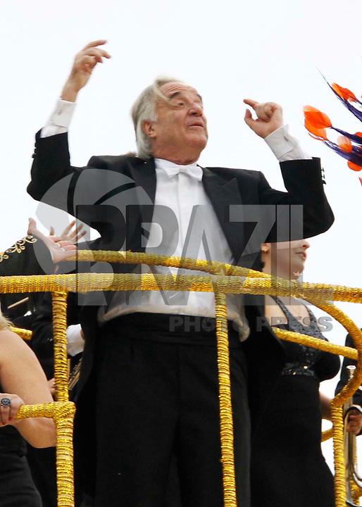 SÃO PAULO, SP, 05 DE MARÇO DE 2011 - CARNAVAL / VAI-VAI - O Maestro João Carlos Martins, integrantes da Vai-Vai, durante o primeiro dia dos desfiles das escolas do Grupo Especial de São Paulo, no Sambódromo do Anhembi, zona norte da capital paulista, na manhã deste sábado. (FOTO: VANESSA CARVALHO / NEWS FREE).