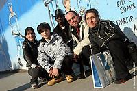 Cinq des artistes ayant participé à la réalisation de la murale Valérie, Mathieu, Tony, Luc Dalpé et Sophie (Groupe CNW/Gaz Métro)