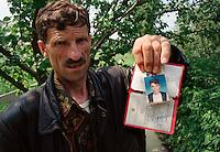 DJAKOVICA (GJAKOVA) / KOSOVO - AGOSTO 1998.UN KOSOVARO DI ETNIA ALBANESE MOSTRA LA FOTO E I DOCUMENTI DEL FIGLIO SCOMPARSO. FA PARTE DI UNA LUNGA LISTA DI GIOVANI PRELEVATI DALLE FORZE DI SICUREZZA JUGOSLAVE PER ESSERE INTERROGATI COL SOSPETTO DI APAPRTENERE ALLA GUERRIGLIA ALBANSE E MAI TORNATO A CASA. NUMEROSE SONO STATE LE VIOLAZIONI DEI DIRITTI UMANI NEI CONFRONTI DELLA POPOLAZIONE CIVILE DURANTE I LUNGHI MESI DI GUERRA..FOTO LIVIO SENIGALLIESI..DJAKOVICA (GJAKOVA) / KOSOVO - AUGUST 1998.ONE ETHNIC ALBANIAN SHOWS LE PICTURE AND THE DOCUMENT OF HIS YOUNG SON MISSING DURING THE WAR TIMES. JUGOSLAV POLICE FORCES OFTEN TOOK IN ARREST THE YOUNG KOSOVARS SUSPECTED TO BE CONNECTED WITH KLA (KOSOVO LIBERATION ARMY). THE LIST OF MISSING PERSONS IN KOSOVO IS REALLY HUGE AND ALSO ICMP IS INVESTIGATING AND LOOKING FOR THE HUMAN REMAINS IN THE MASSIVE GRAVES OPENED AFTER THE CONFLICT..PHOTO LIVIO SENIGALLIESI