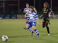 AA Gent - Telstar :<br /> <br /> Elke Van De Sompel (L) sneller op de bal dan Dyanne bito (R)<br /> <br /> foto Dirk Vuylsteke / Nikonpro.be