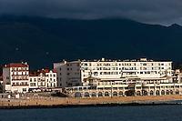 Europe/France/Aquitaine/64/Pyrénées-Atlantiques/Pays-Basque/Saint-Jean-de-Luz: Le Front de mer et le Le Casino: La Pergola de Robert Mallet-Stevens , vu depuis la Pointe Sainte-Barbe