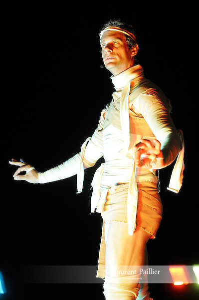 PINA JACKSON IN MERCEMORIAM..Comedie choregraphique..Chorégraphie: Foofwa d Imobilite..Compagnie : Neopost Ahrrrt..Cadre : La danse, l'humour, le burlesque..Lumieres : Jonathan O Hear..Avec : Foofwa d Imobilite..Lieu: Centre National de la Danse..Ville : Pantin..le 26/04/2011..© Laurent Paillier / photosdedanse.com..All rights reserved